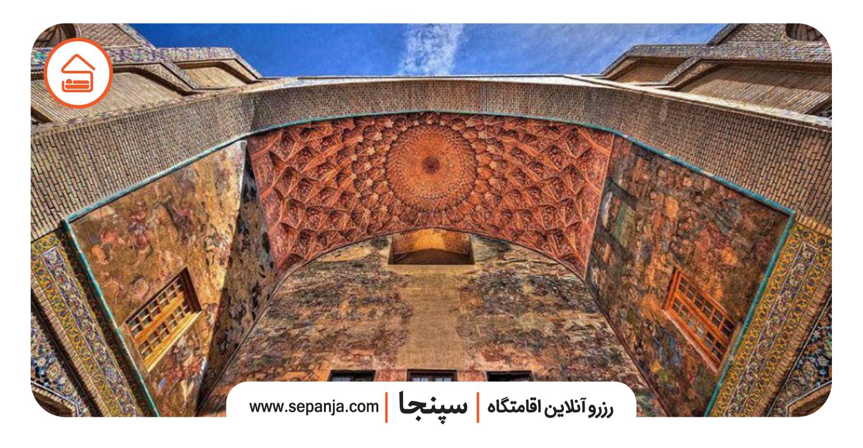 سر در قیصریه از بهترین جاهای دیدنی اصفهان