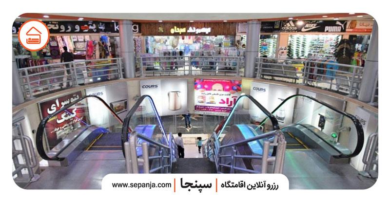 نمایی از داخل و فروشگاه های مجتمع تجاری دو دلفین درگهان