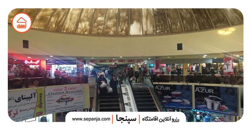نمایی از مغازه ها و فروشگاه های داخل مجتمع تجاری دو دلفین درگهان