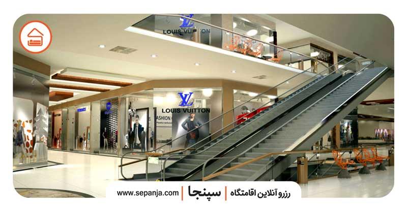 نمایی از مغازه های مرکز خرید سارینا 1 کیش