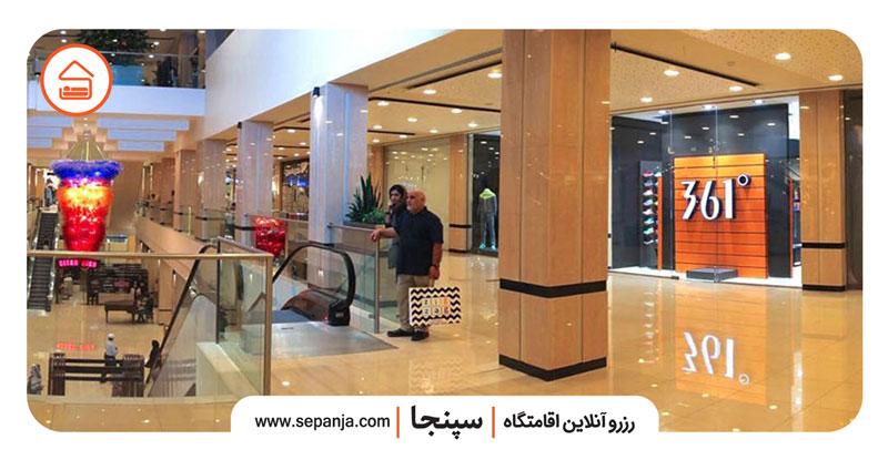 نمایی از فروشگاه های مرکز خرید دامون کیش