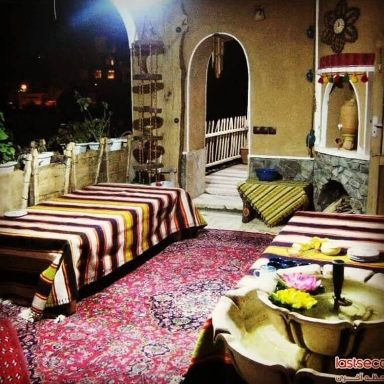 بوم گردی اتاق سنتی در برزک کاشان  - گل سرخ