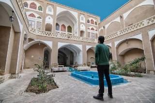 بوم گردی بومگردی در کمال الملک کاشان - اتاق محراب